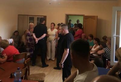 У Чернівецькій області група людей заблокувала у сільраді депутатів, чиновників і журналістів