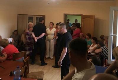 Блокування сільради в Ломачинцях: депутатів-заручників звільнили після 12 годин роботи сесії