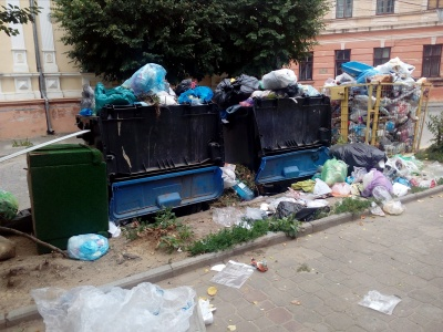 З центру Чернівців не можуть вивезти сміття - немає кому