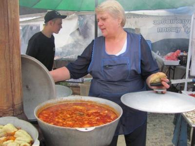 Петрівський ярмарок: пригощають грибною юшкою і бограчем