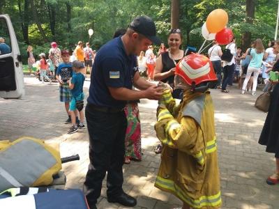 """Найбільша черга до патрульних і рятувальників: дітям сподобалося """"Містечко професій"""" - фото"""