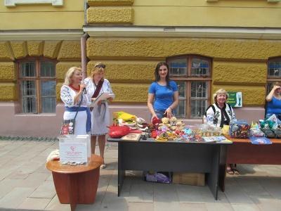 Петрівський ярмарок: робили віночки і збирали кошти для хворих дітей - фото
