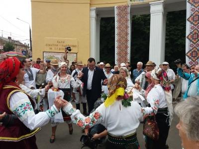 Танці з мером і частування самогоном: найяскравіші моменти Петрівського ярмарку