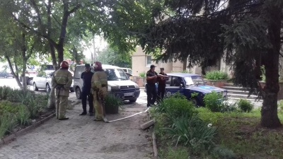 На Буковині «замінували» районну прокуратуру: піротехніки виявили «порожню» вибухівку