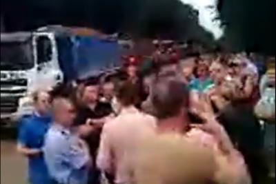 У Новодністровську жителі міста перекрили рух вантажівкам, які вивозили глину й пісок із кар'єру