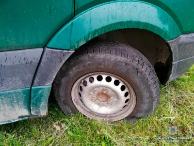 Порізав шини й вимагав 50 тисяч: на Буковині пов'язали агресивного чоловіка через погрози підприємцю