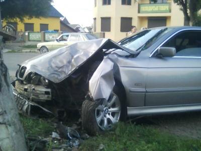 На Буковині BMW протаранив металеву огорожу, пошкодивши електроопору - фото