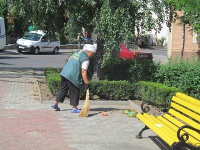 Невідомі влаштували нічний дебош у сквері в центрі Чернівців - фото