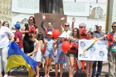 У центрі Чернівців небайдужі провели акцію на підтримку Сенцова - фото