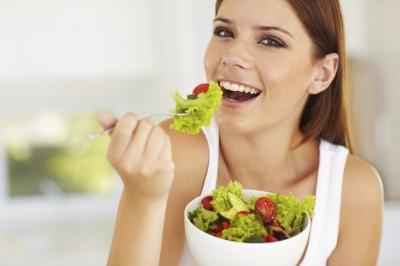 У спеку - без алкоголю і м'яса: яку їжу і напої найкраще вживати влітку