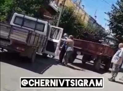 Причеп від трактора врізався у вантажівку: у Чернівцях в ДТП постраждала дівчина