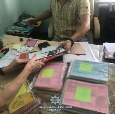 У Чернівецькій області викрили центр, який підробляв документи для виїзду за кордон