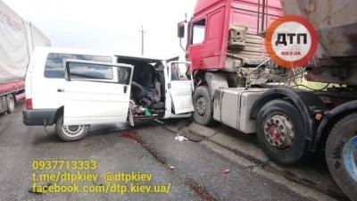 Троє буковинців загинули внаслідок зіткнення мікроавтобуса і вантажівки на Прикарпатті - фото