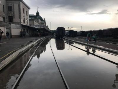 Повінь на пероні: у Чернівцях знову гальмуються протипаводкові роботи на залізничному вокзалі