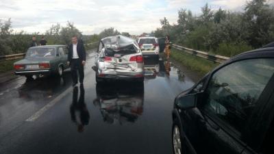 Масова ДТП поблизу Чернівців: постраждали легковики та фури - фото