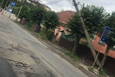 Нічна ДТП: автівка врізалась в електростовп на Сторожинецькій, рух на вулиці перекрили