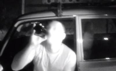 У Чернівцях затримали агресивного водія, який провокував патрульних, розпиваючи перед ними пиво - відео