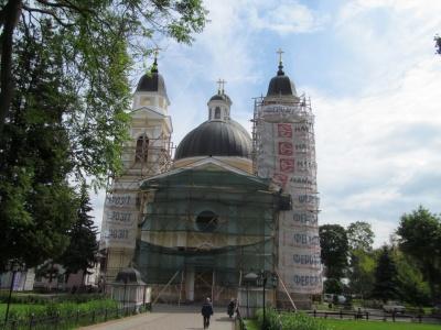 Собор у центрі Чернівців перефарбували з рожевого у жовтий колір - фото
