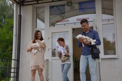 Дівчат-трійнят, яких народила буковинка, виписали після тривалого перебування у лікарні - фото