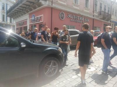 У Чернівцях десятки осіб перекрили проїзд вулицею через ЛГБТ-фестиваль: двом водіям бризнули в обличчя газом