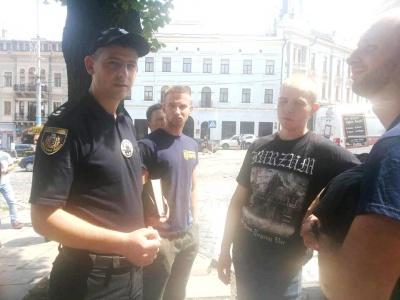 Мітингарі розблокували рух транспорту в центрі Чернівців: поліція знайшла ніж в одного з учасників акції