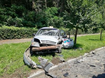 У Чернівцях у моторошному зіткненні двох легковиків постраждав таксист - фото