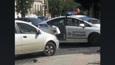 У центрі Чернівців сталася ДТП за участю патрульної поліції: у службового авто пошкоджено двері