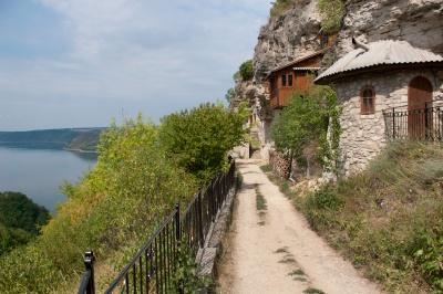 Унікальні іконостаси і цілющі джерела. 5 незвичних церков з цікавою історією поблизу Буковини