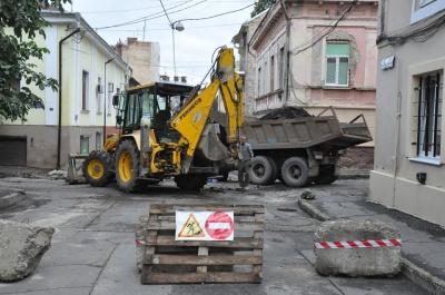 Комунальники пояснили, чому вулицю в центрі Чернівців почали ремонтувати із запізненням