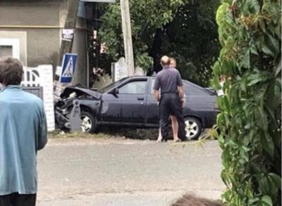 На Буковині легковик врізався у стовп: автівка сильно постраждала