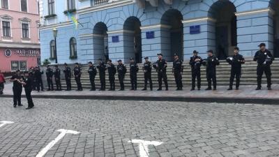 У Чернівцях понад 20 поліцейських оточили вхід до міськради