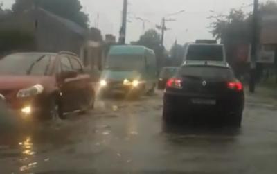 У Чернівцях раптова злива підтопила вулицю: Головна знову перетворилась на озеро - відео