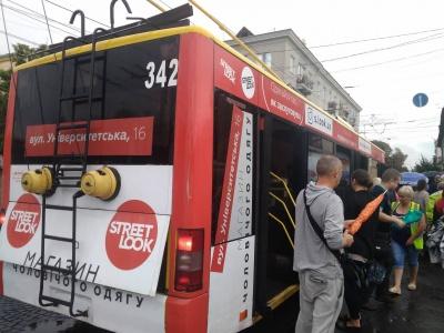 У Чернівцях під час руху задимівся тролейбус: люди проїхали зупинку в диму - фото