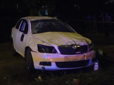 У Чернівцях легковик «Шкода» на швидкості врізався у дерево - фото