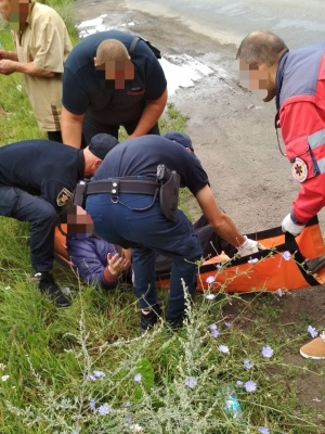 На Буковині патрульні допомогли жінці, в якої посеред вулиці стався напад епілепсії