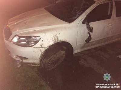 Водій був п'яний: у поліції розповіли, як автівка у Чернівцях врізалась у дерево