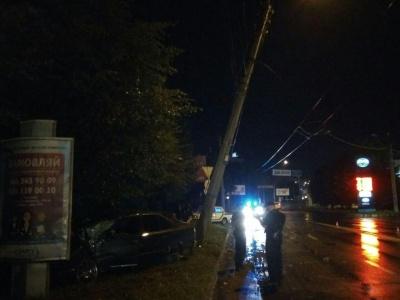 У Чернівцях BMW на швидкості врізався в електроопору - фото
