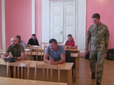 З Чернівців на військові навчання відправили 80 резервістів - фото