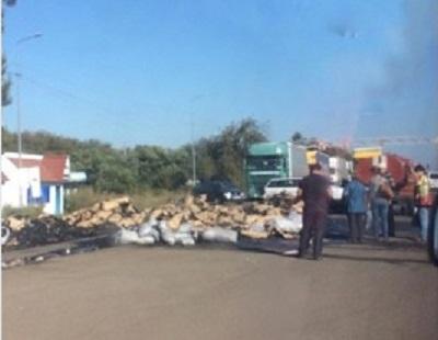На Буковині поблизу КПП «Порубне» загорілась вантажівка