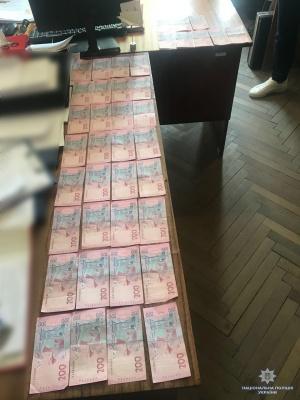 На Буковині затримали двох чоловіків, які пропонували поліцейському хабар 20 тис грн