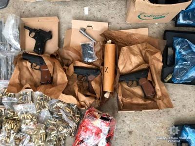 На Буковині поліція викрила банду, що займалась незаконним обігом зброї