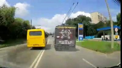 На Буковині поліція завдяки соцмережам покарала двох водіїв маршруток, які грубо порушили ПДР