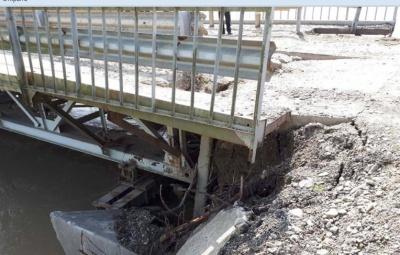 Бетонні плити просіли через зливи: на Буковині закрили міст через Прут