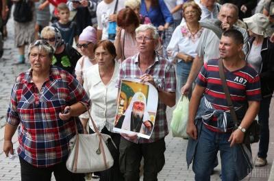 Учасниця хресної ходи УПЦ МП в центрі Києва розгорнула прапор Росії - фото