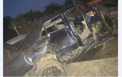 На Буковині «Мерседес» врізався в бетонний заїзд: двоє пасажирів у важкому стані