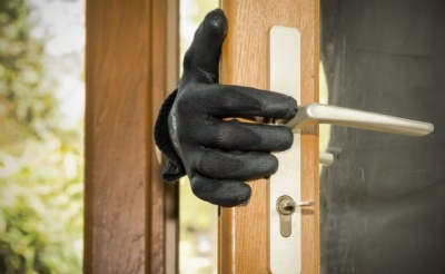 Не зупинили ні вікна, ні сусіди: у мережі показали, як грабували будинок у Садгорі