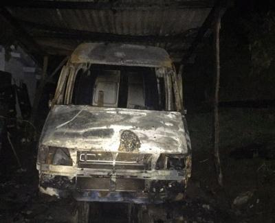 У Чернівецькій області у нічній пожежі дотла згорів мікроавтобус
