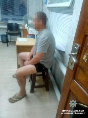 У Чернівцях поліція затримала п'яного пішохода, який лаявся у бік патрульних