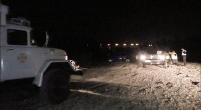 Застрягли на березі річки: у Чернівцях рятувальники відбуксирували автівки