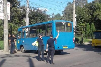 У Чернівцях несправна маршрутка перекрила вулицю Руську, утворивши значний затор